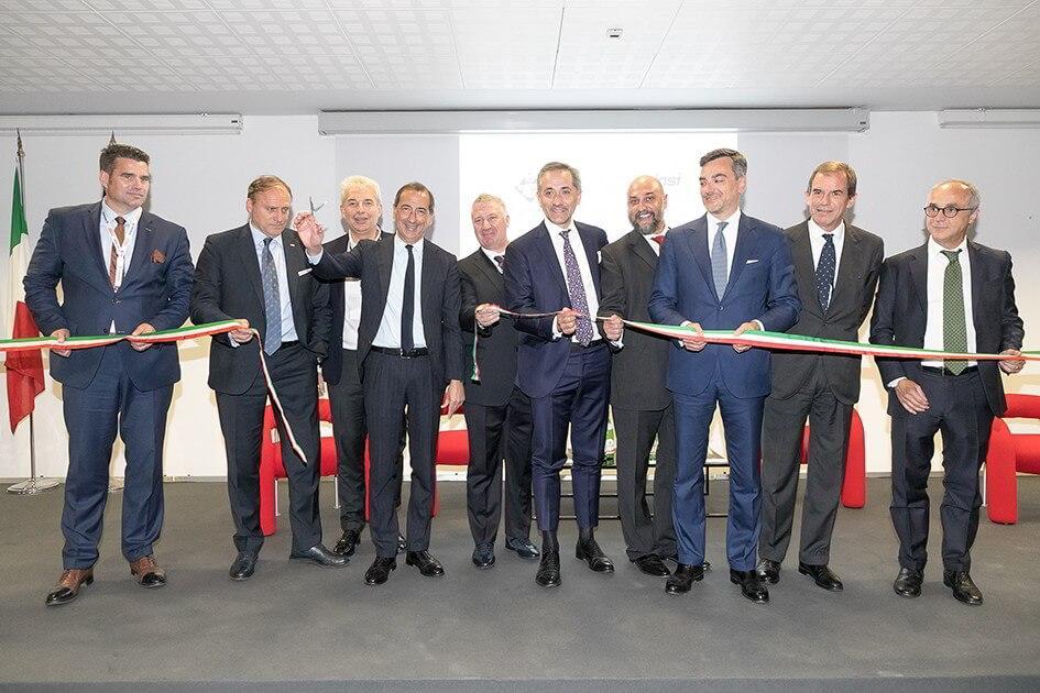 Il sindaco di Milano, Giuseppe Sala, taglia il nastro inaugurale. Alle sue spalle il presidente di ARGI, Roberto Levi Acobas.